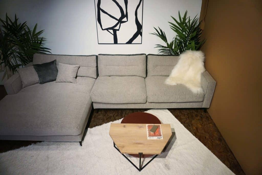Table en bois et pieds métal + pouf en rose (4)
