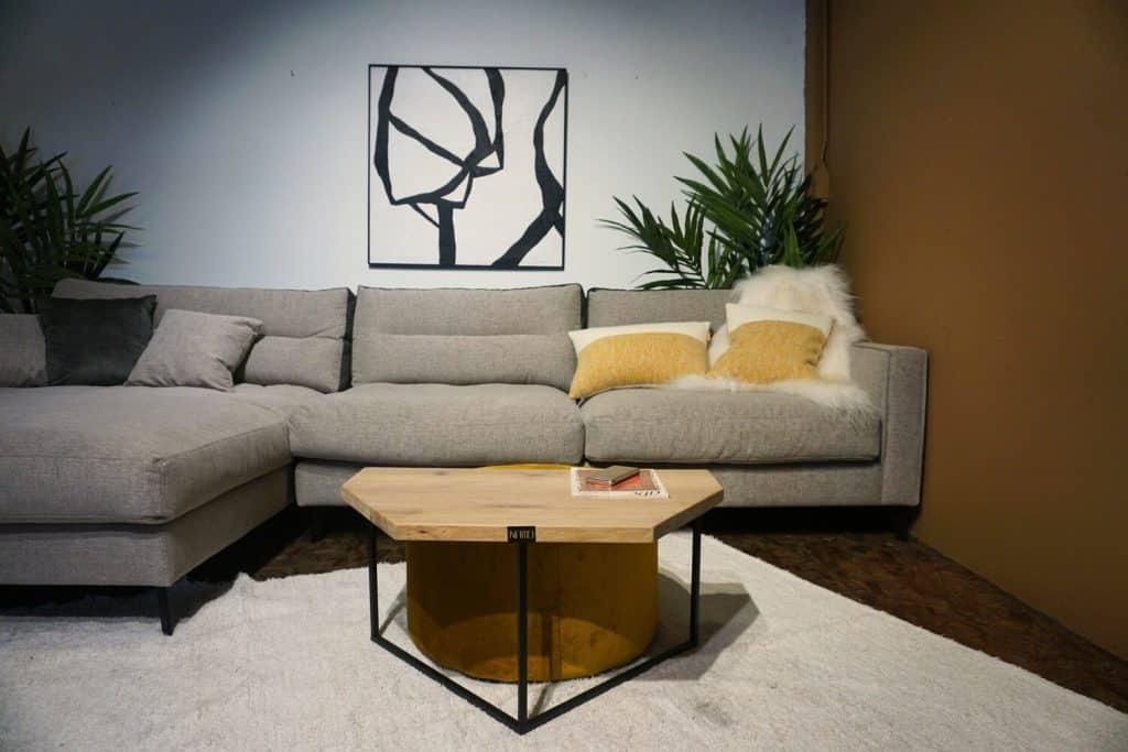 Table en bois et pieds métal + pouf en Ocre (5)