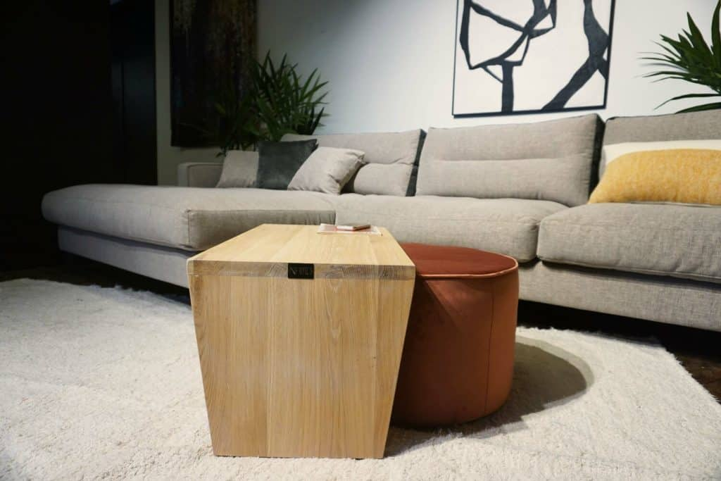 Table en bois + pouf en rose (2)