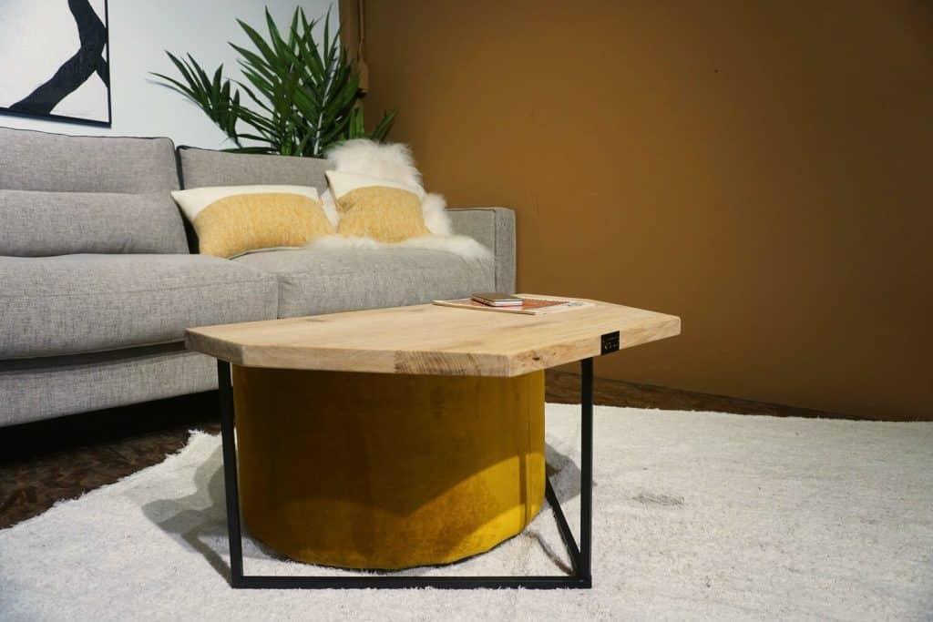 Table en bois et pieds métal + pouf en Ocre (1)