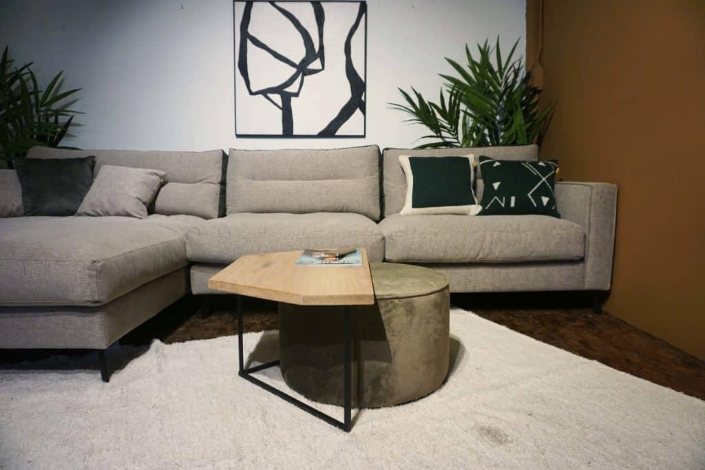 Table en bois et pieds métal + pouf en olive gold (1)
