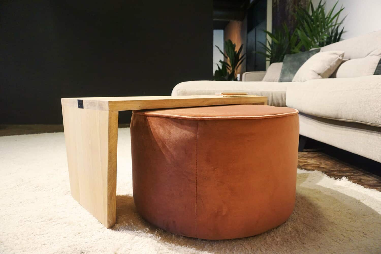 Table en bois + pouf en rose (3)