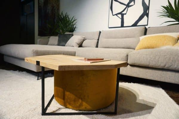 Table en bois et pieds métal + pouf en Ocre (2)