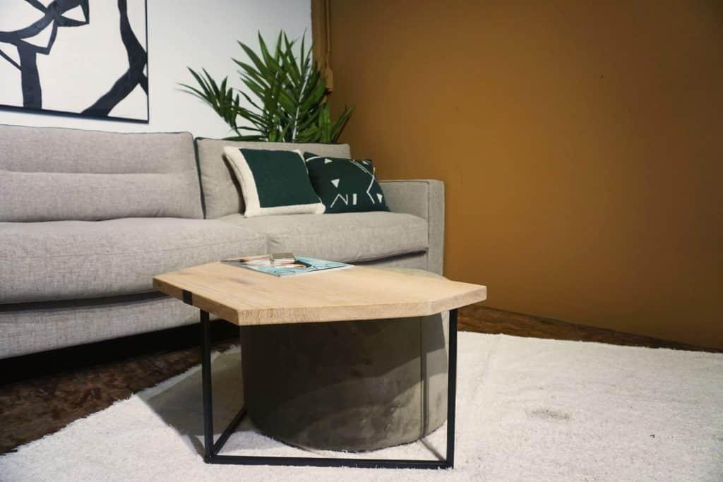 Table en bois et pieds métal + pouf en olive gold (2)