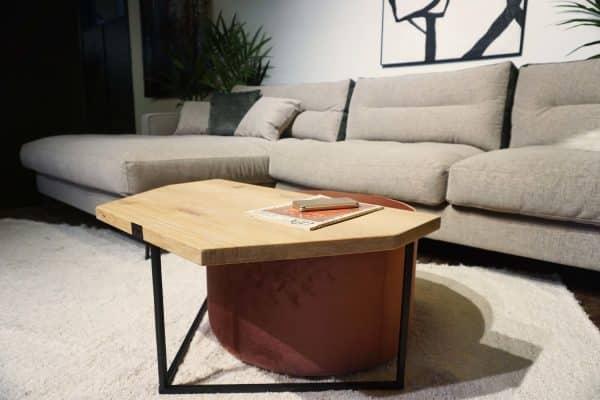 Table en bois et pieds métal + pouf en rose (2)