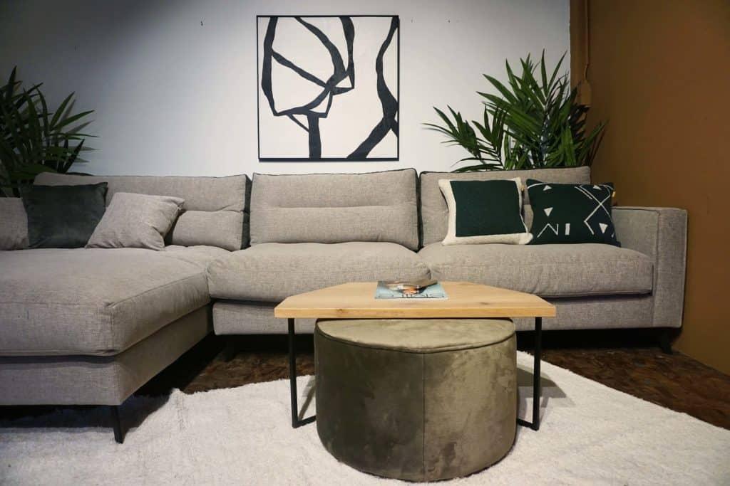 Table en bois et pieds métal + pouf en olive gold (3)