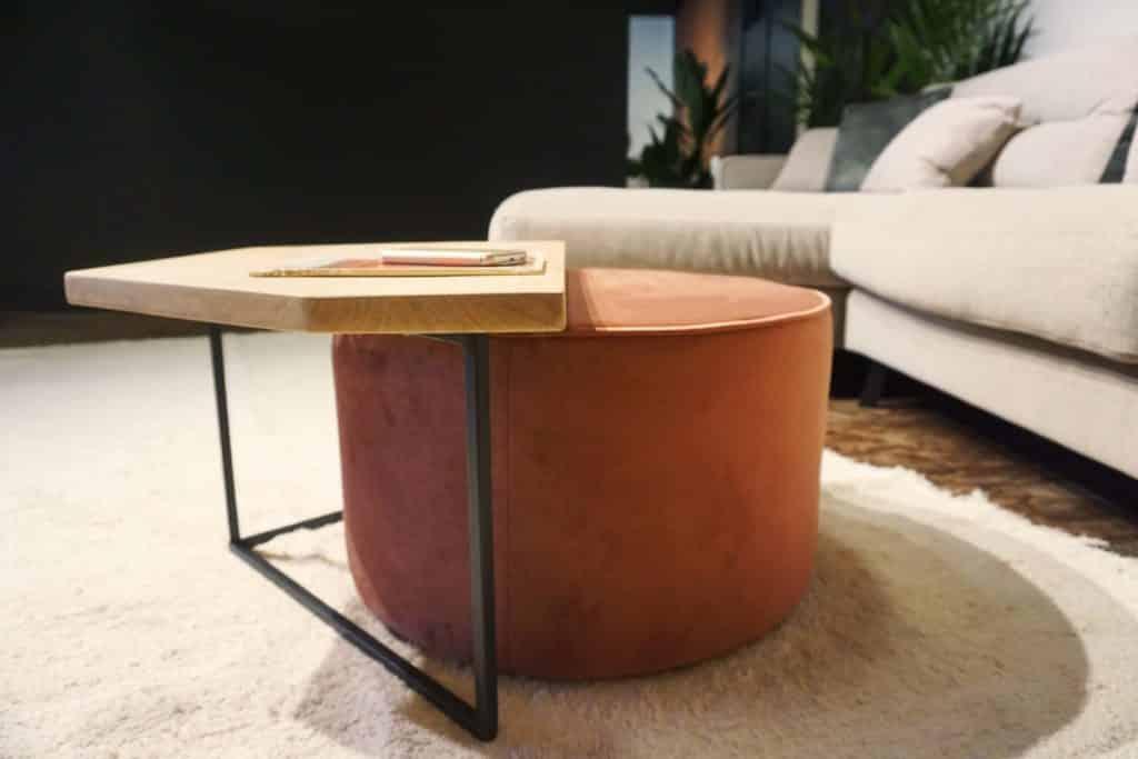 Table en bois et pieds métal + pouf en rose (3)