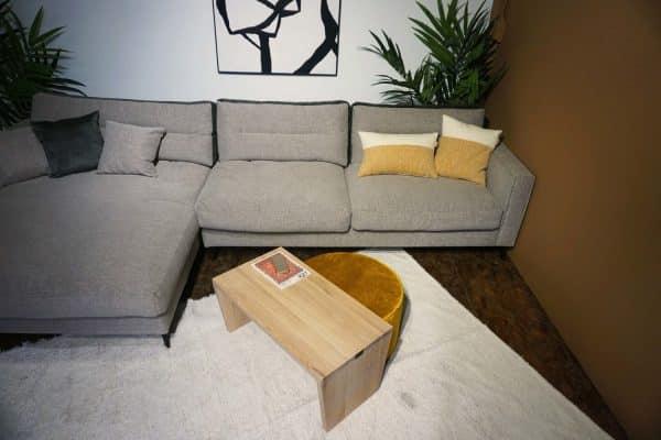 Table en bois + pouf en Ocre (1)