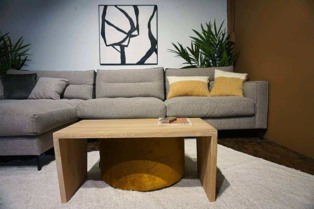 Table en bois + pouf en Ocre (2)