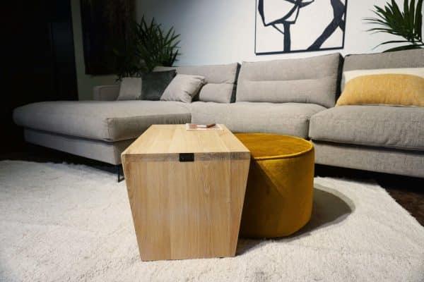 Table en bois + pouf en Ocre (3)