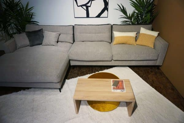 Table en bois + pouf en Ocre (5)