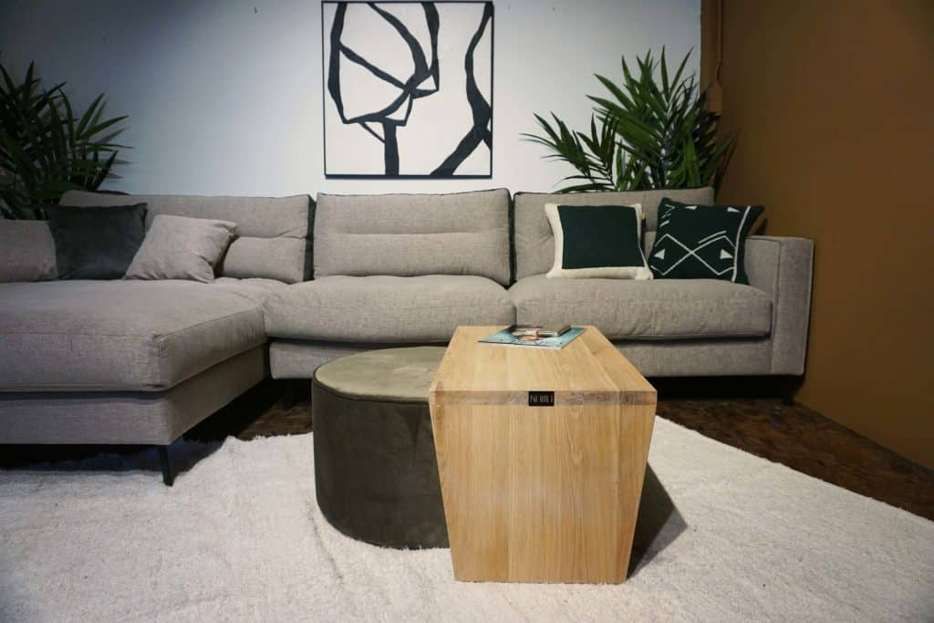 Table en bois + pouf en olive gold (2)